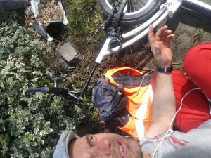 Michael Wigge mit seinem Tretroller im Straßengraben