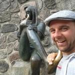 Michael Wigge steht neben einer Till Eulenspiegel Figur