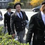 fünf Männer in der traditionellen Kluft der Wandergesellen