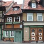 ein kleines Fachwerkhaus, eingequetscht zwischen anderen Häusern