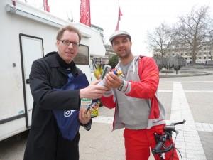 Axel Primavesi und Michael Wigge stehen vor dem Wohnmobil