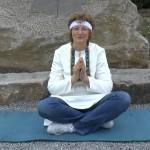 eine Frau auf einer Yoga-Matte