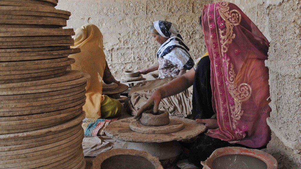 Women busy in making hand pottery © Unbreen Fatima
