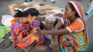 Dry fruit seller women decorating their hands with Hina © DW/Unbreen Fatima