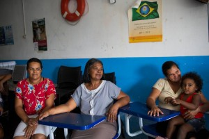 Poor rural women get an opportunity to learn more about their rights, gender stereotypes and how the government functions once they connect with the Chapéu de Palha Mulher programme. (© UN Women/ Lianne Milton)