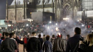 Cologne, December 31 2015, a large crowd between the central station and cathedral. © picture-alliance/dpa/M. Böhm