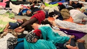 Migrants sleep near the Keleti railway station in Budapest, Hungary, September 3, 2015. @ Reuters/Bernadett Szabo