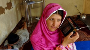 An Afghan Girl with a radio (Copyright: DW/F. Wahidy)