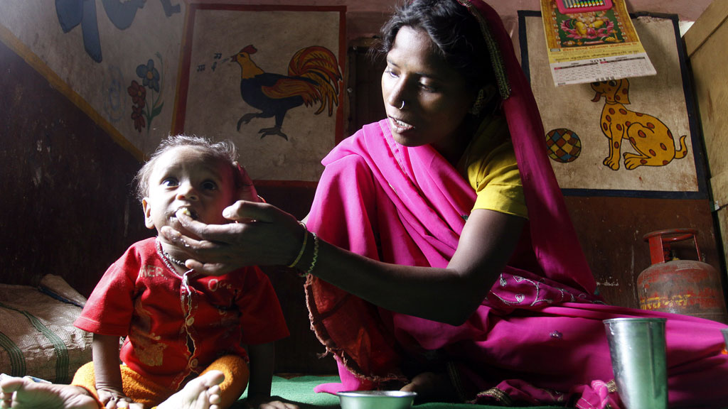 A mother feeding her malnourished child in the nutrition rehabilitation centre at Khalwa village, district Khandwa, 350 kilometers away from state capital Bhopal, Madhya Pradesh, India © picture-alliance/dpa