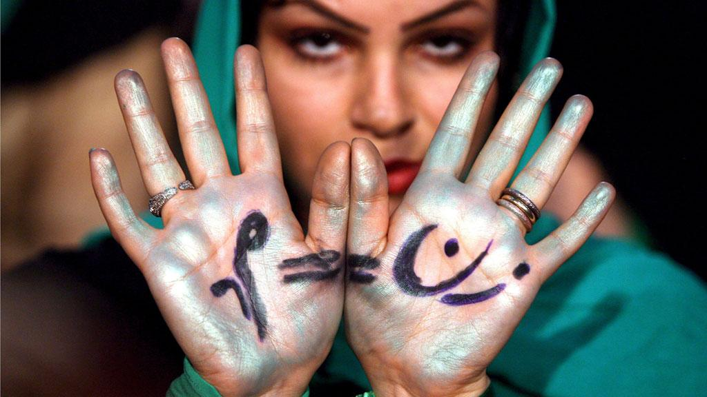 The Persian writing on her hands: women should have the same rights as men (picture-alliance/dpa)