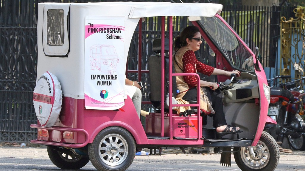 A woman steers a vehicle of the 'Pink-Rickshaw'.  Zar Aslam, president of Pakistan's non-profit Environment Protection Fund, launched the scheme for women on roads who are often harassed by male auto-rickshaw drivers while they get to their homes or work places. © picture-alliance/dpa/R. Dar